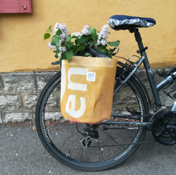 Oh la bâche ! BLANCHE-sacoche-vélo-en-bâche-upcycléeOh_la_bâche-E-e1589125595926-600x598 BLANCHE